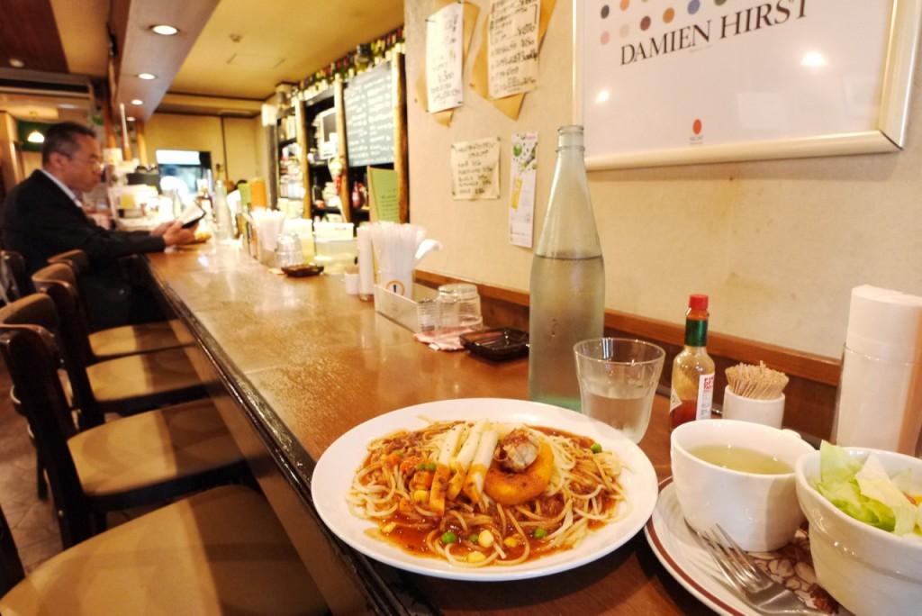 ブルーボッサの店内はテーブルの他にカウンターもあり、お一人様でも気軽に楽しめる。