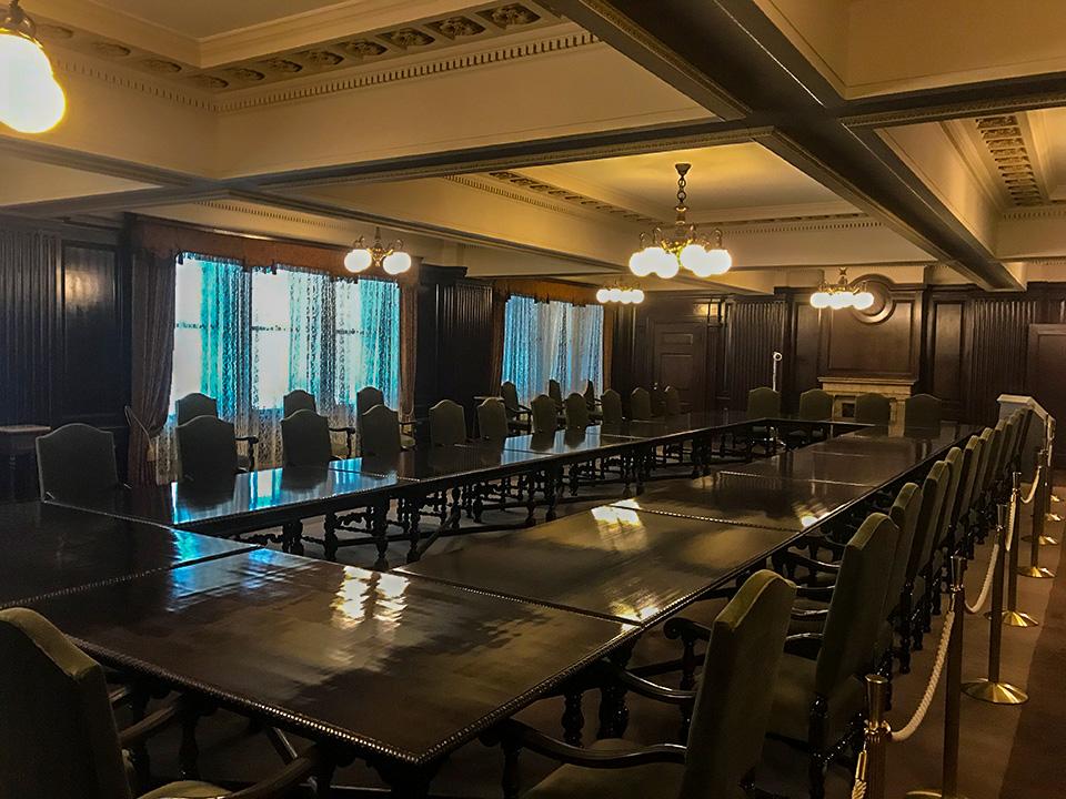 明治生命館の会議室